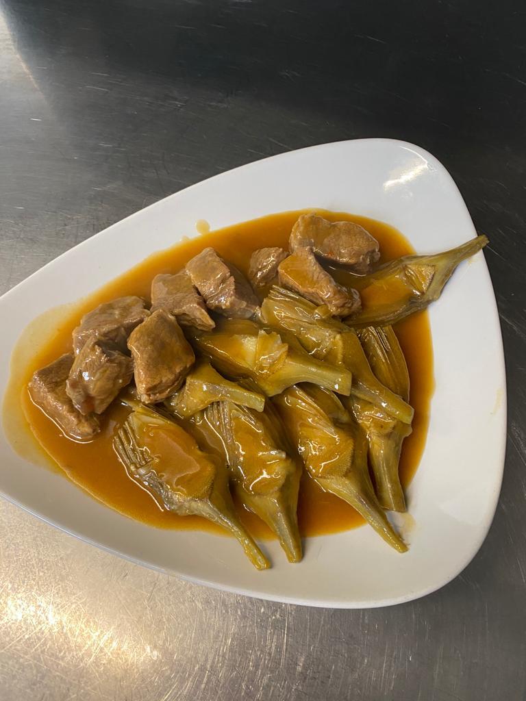 Carne de ternera guisada con alcachofas